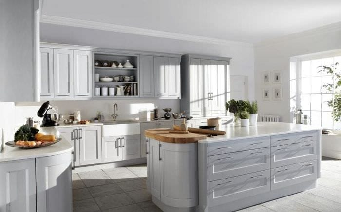 светлый дизайн белой кухни с оттенком серого