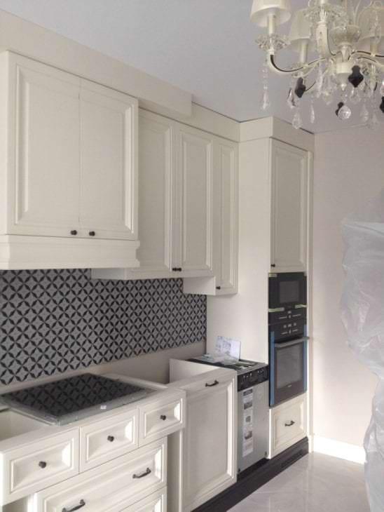 яркий интерьер белой кухни с оттенком бежевого