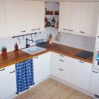 яркий интерьер белой кухни с оттенком голубого картинка