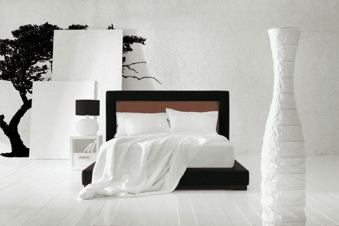необычный интерьер коридора в черно белом цвете