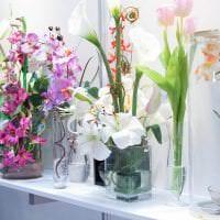 искусственные цветы в декоре гостиной фото