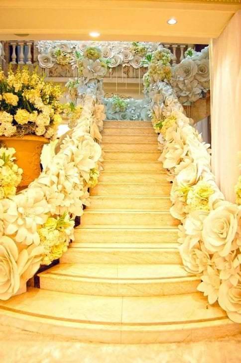 желтые бумажные цветы в оформлении праздничного зала