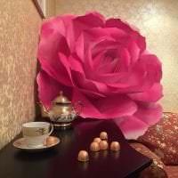 розовые бумажные цветы в интерьере зала картинка