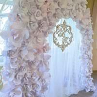 красные бумажные цветы в декоре праздничного зала картинка