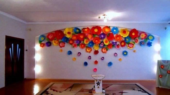 разноцветные бумажные цветы в фасаде праздничного зала