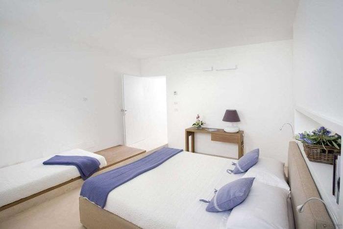 белые стены в интерьере гостиной в стиле минимализм