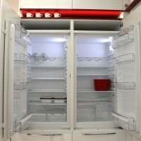 большой холодильник в интерьере кухни в светлом цвете картинка