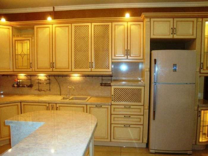 большой холодильник в стиле кухни в разноцветном цвете