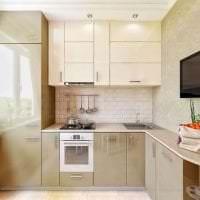 небольшой холодильник в декоре кухни в стальном цвете картинка