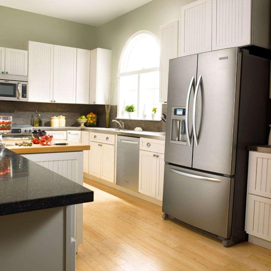 небольшой холодильник в дизайне кухни в бежевом цвете