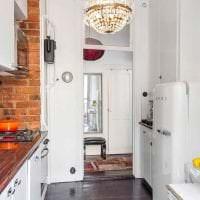 небольшой холодильник в дизайне кухни в светлом цвете фото