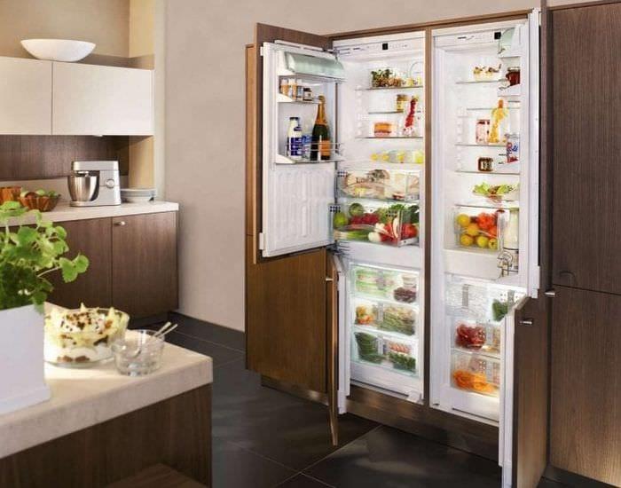 небольшой холодильник в фасаде кухни в сером цвете