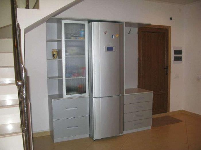 небольшой холодильник в стиле кухни в ярком цвете