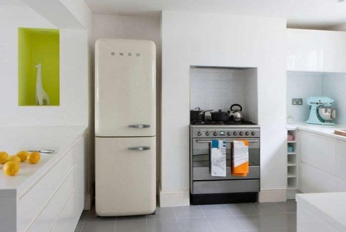 большой холодильник в фасаде кухни в черном цвете