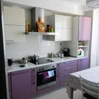 большой холодильник в фасаде кухни в белом цвете фото