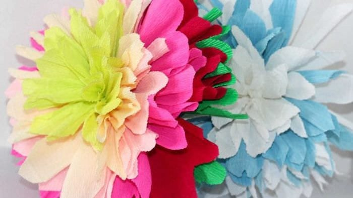 белые бумажные цветы в дизайне праздничного зала
