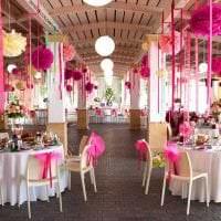 разноцветные бумажные цветы в оформлении праздничного зала картинка