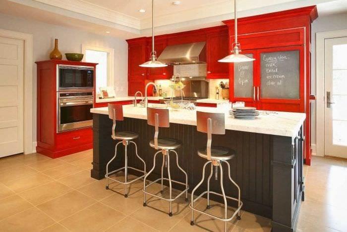 комбинирование красного с другими цветами в стиле гостиной