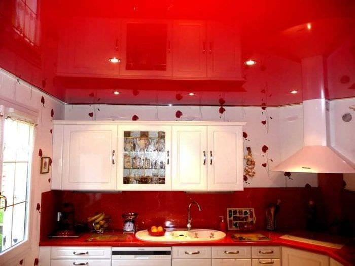 сочетание красного с другими цветами в дизайне коридора