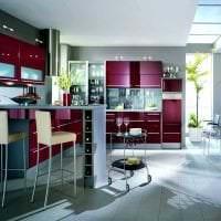 комбинирование красного с другими цветами в декоре гостиной фото