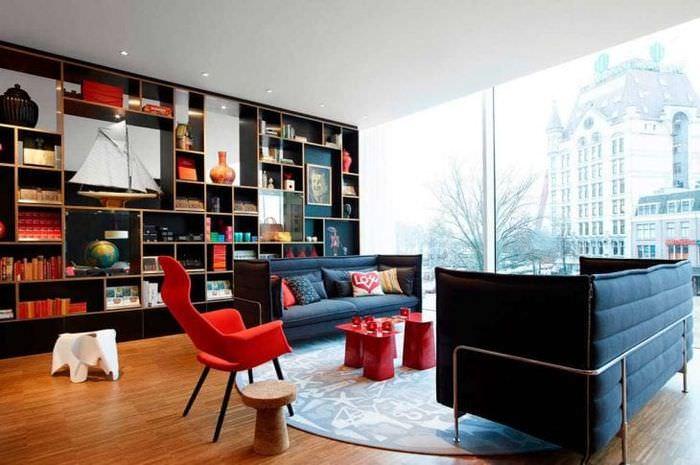 насыщенный бордовый цвет в стиле коридора