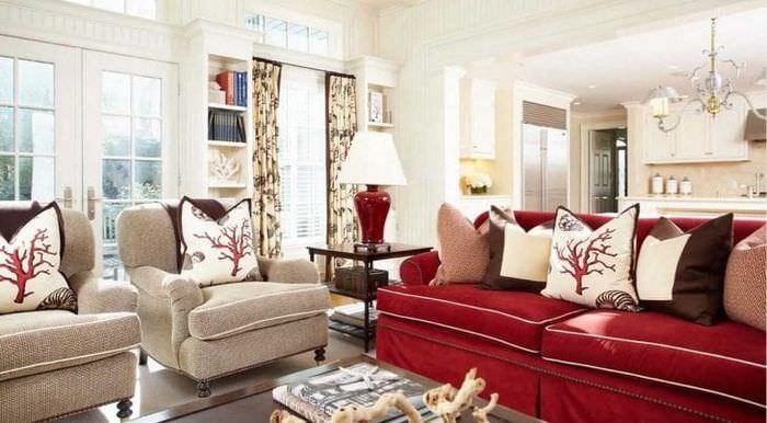 яркий бордовый цвет в дизайне коридора
