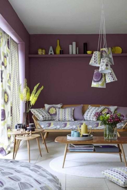 необычный дизайн гостиной в фиолетовом цвете