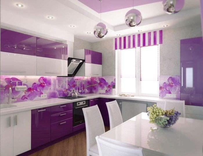 светлый декор кухни в фиолетовом оттенке