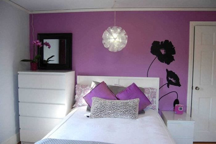 светлый декор коридора в фиолетовом цвете