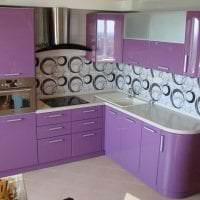светлый декор кухни в фиолетовом оттенке фото