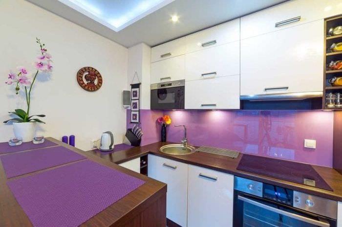 необычный стиль квартиры в фиолетовом цвете