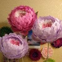 голубые бумажные цветы в оформлении зала картинка