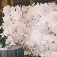 белые бумажные цветы в фасаде праздничного зала фото