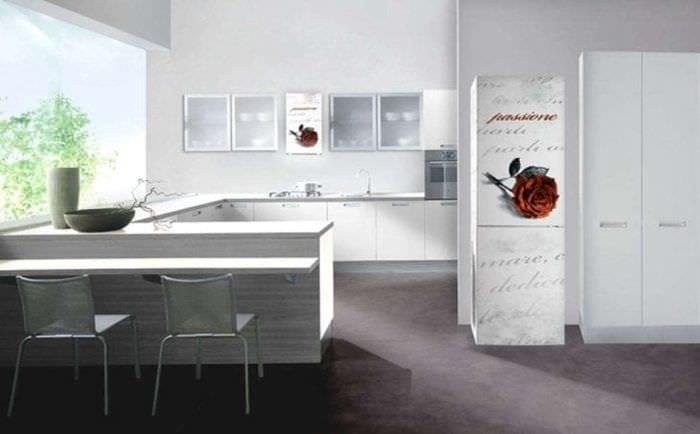 небольшой холодильник в интерьере кухни в стальном цвете