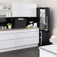 небольшой холодильник в декоре кухни в темном цвете фото