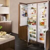 большой холодильник в интерьере кухни в разноцветном цвете картинка