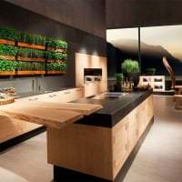 небольшой холодильник в декоре кухни в бежевом цвете картинка