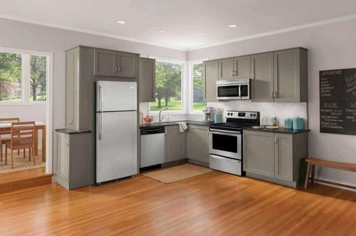кухни с невстроенным холодильником фото определенном фокусе зрения