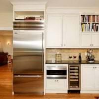 небольшой холодильник в декоре кухни в сером цвете картинка