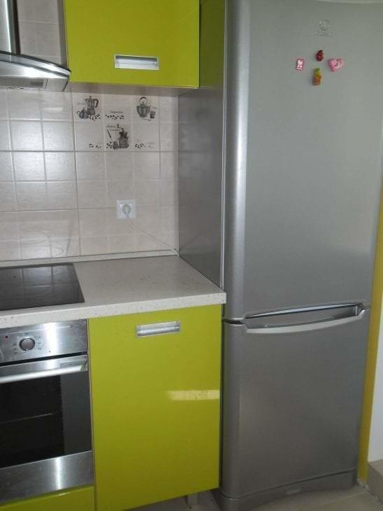 большой холодильник в фасаде кухни в разноцветном цвете