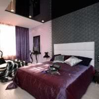 яркий дизайн спальни в фиолетовом цвете картинка