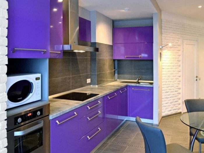 необычный стиль кухни в фиолетовом цвете