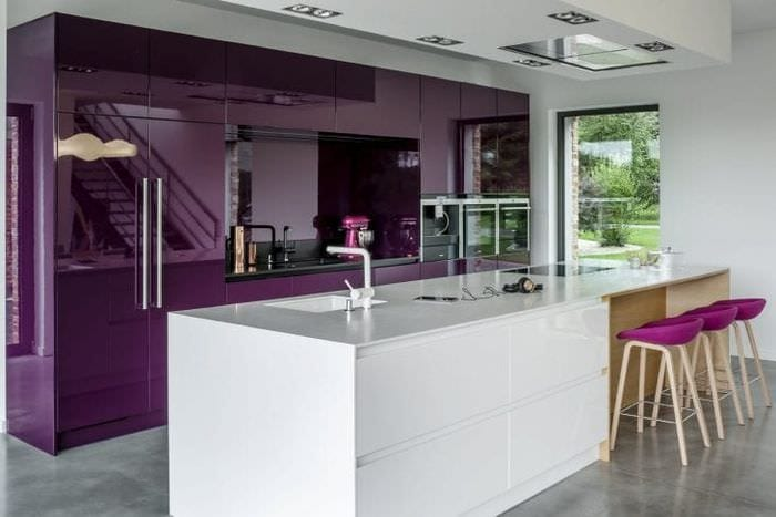 красивый дизайн кухни в фиолетовом оттенке