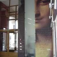 отражающее стекло в декоре прихожей фото