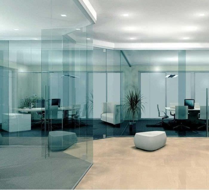 отражающее стекло в дизайне спальни