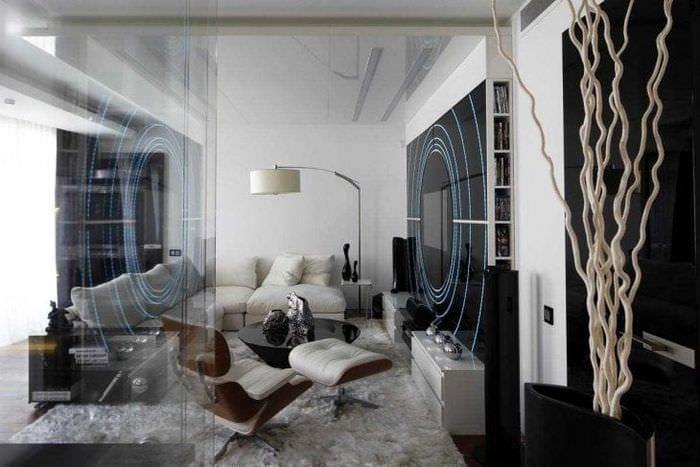 отражающее стекло в интерьере спальни
