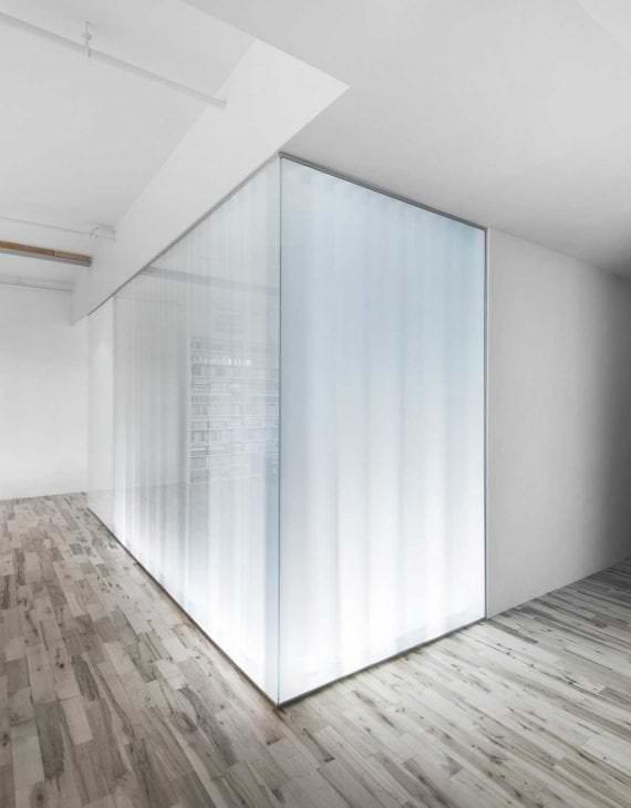 прозрачное стекло в дизайне коридора