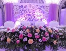 синие бумажные цветы в декоре зала картинка