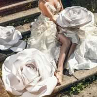 розовые бумажные цветы в оформлении зала фото