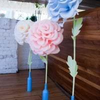 голубые бумажные цветы в фасаде праздничного зала фото
